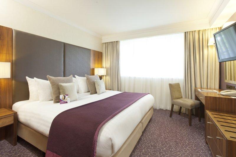 Crowne Plaza Reading-Executive suite - bedroom<br/>Image from Leonardo
