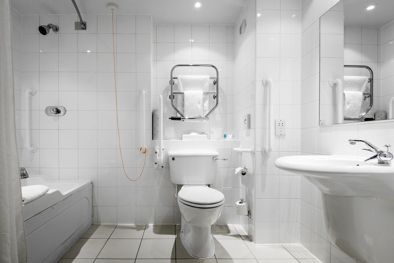 Holiday Inn Oxford-Bathroom - Accessible Room<br/>Image from Leonardo