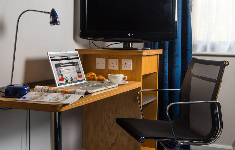 Holiday Inn Express Northampton M1, Jct.15-Work remotely in your room with desk, lamp, chair and free Wi-Fi<br/>Image from Leonardo