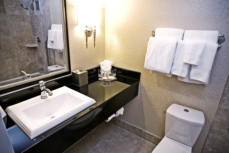 Crowne Plaza Portland-Downtown Conv Ctr-King Room Bathroom<br/>Image from Leonardo