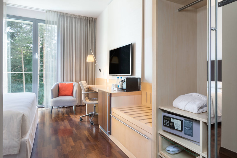 Four Points by Sheraton Ljubljana Mons-Deluxe Queen Room<br/>Image from Leonardo