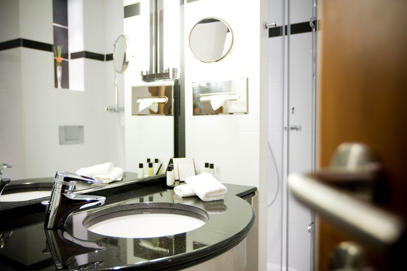 Crowne Plaza Brussels Airport-Guest Bathroom<br/>Image from Leonardo