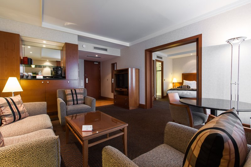 Crowne Plaza Brussels Airport-Large suite with seperate sitting area<br/>Image from Leonardo