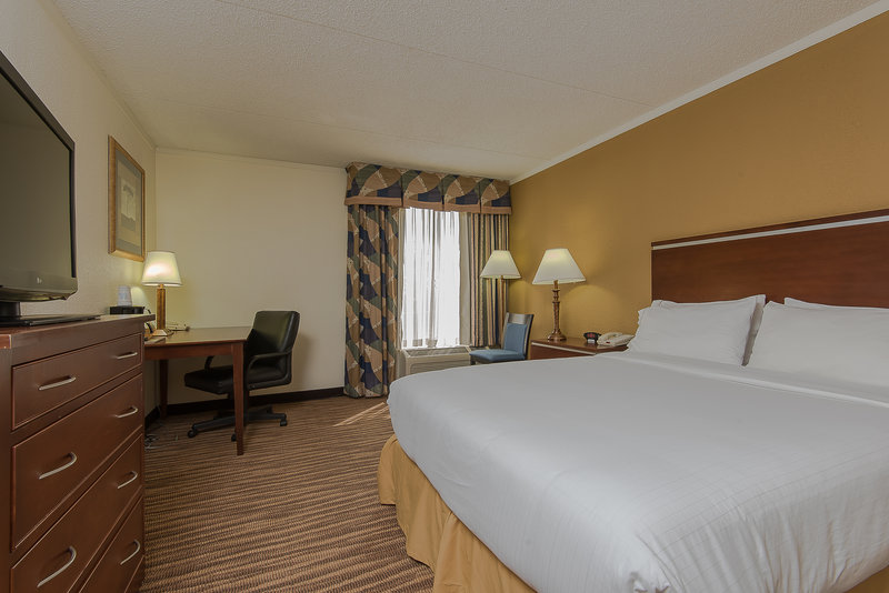 Holiday Inn Express Roanoke-Civic Center-One Queen Guest Room<br/>Image from Leonardo