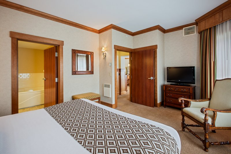Crowne Plaza Lake Placid-Grand King Suite Bedroom (Adirondack Wing)<br/>Image from Leonardo