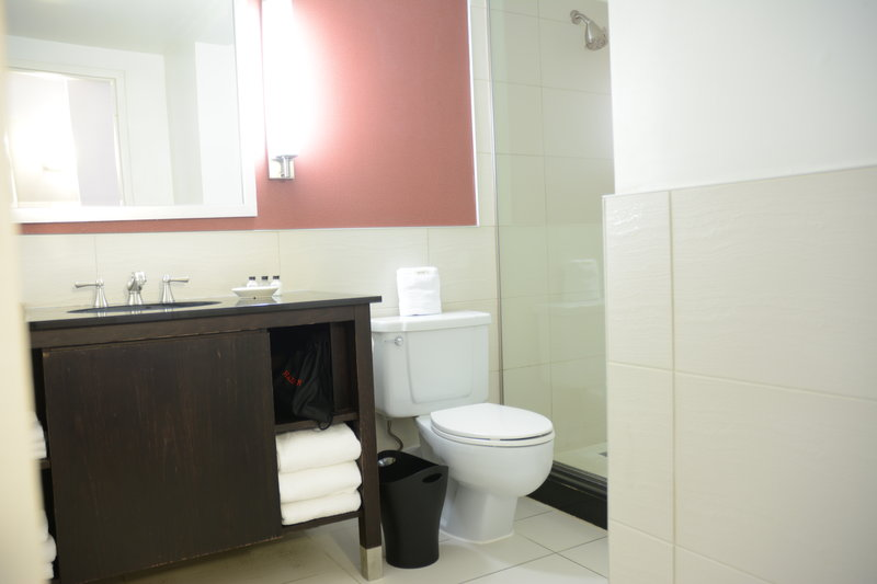 Crowne Plaza Stamford-Bathroom<br/>Image from Leonardo