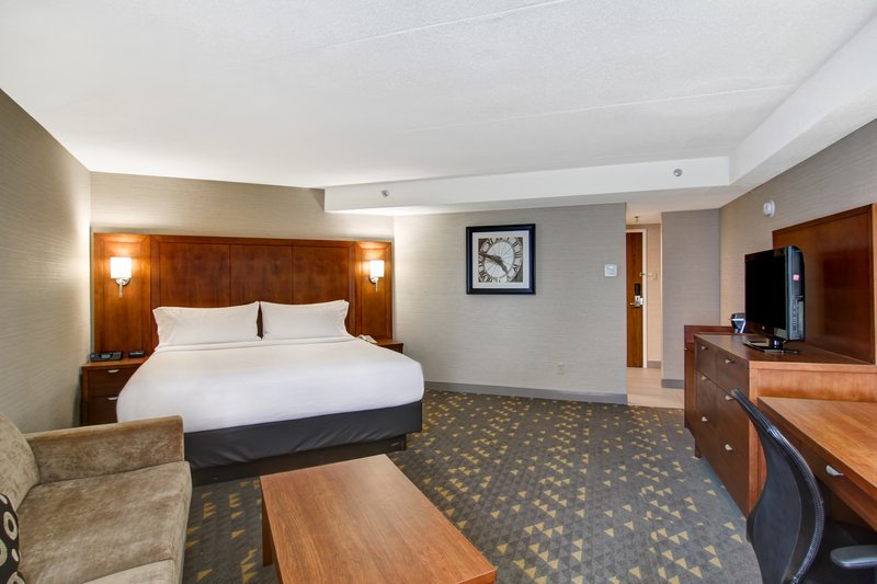 Holiday Inn Oakville Centre-Corner King Bed<br/>Image from Leonardo
