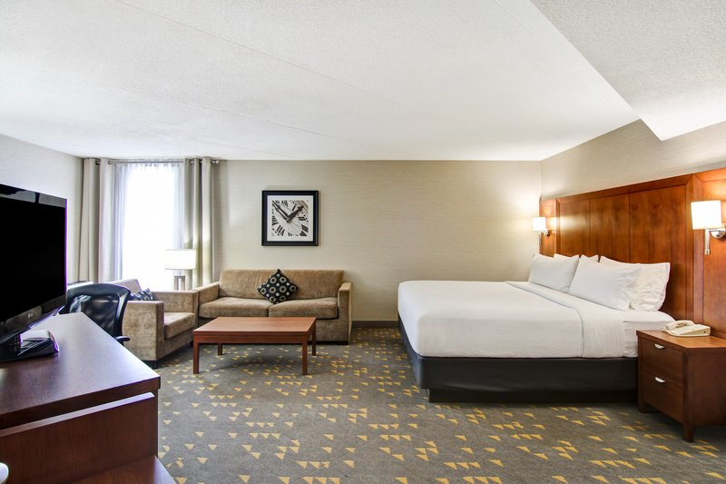 Holiday Inn Oakville Centre-Spacious King Corner with couch and chair<br/>Image from Leonardo