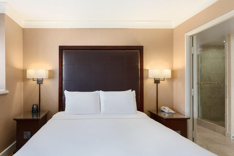 The Waterfront Beach Resort, A Hilton Hotel-Huntington Tower One-Bedroom Oceanfront Suite<br/>Image from Leonardo