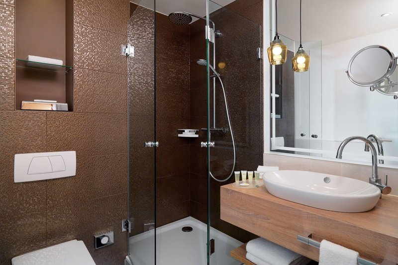 Courtyard Hamburg Airport-Courtyard Room - Bathroom<br/>Image from Leonardo