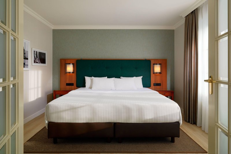 Courtyard Hamburg Airport-Suite - Bed Room<br/>Image from Leonardo