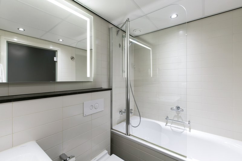 Holiday Inn Eindhoven-Guest Room Bathroom<br/>Image from Leonardo