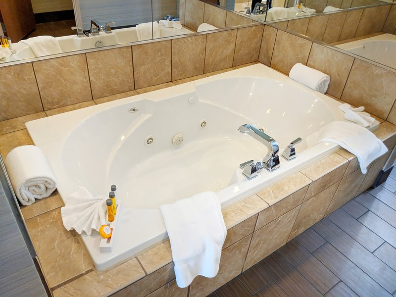 Holiday Inn Ft. Wayne-IPFW & Coliseum-Chancellor Suite Master Whirlpool Tub<br/>Image from Leonardo
