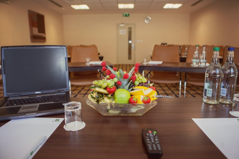 Holiday Inn London Gatwick - Worth-Room Hire includes still and sparkling water and fresh fruit<br/>Image from Leonardo