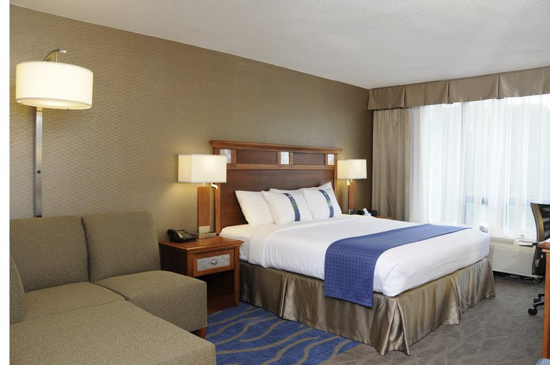 Holiday Inn Columbia East - Jessup-King bed with cozy seating and Flat Panel HDTV<br/>Image from Leonardo