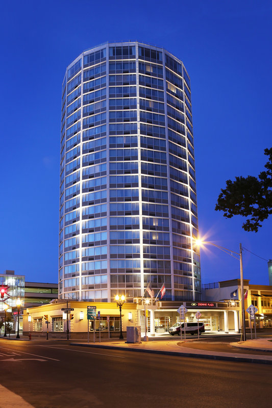 Crowne Plaza Syracuse-Tower at night.<br/>Image from Leonardo