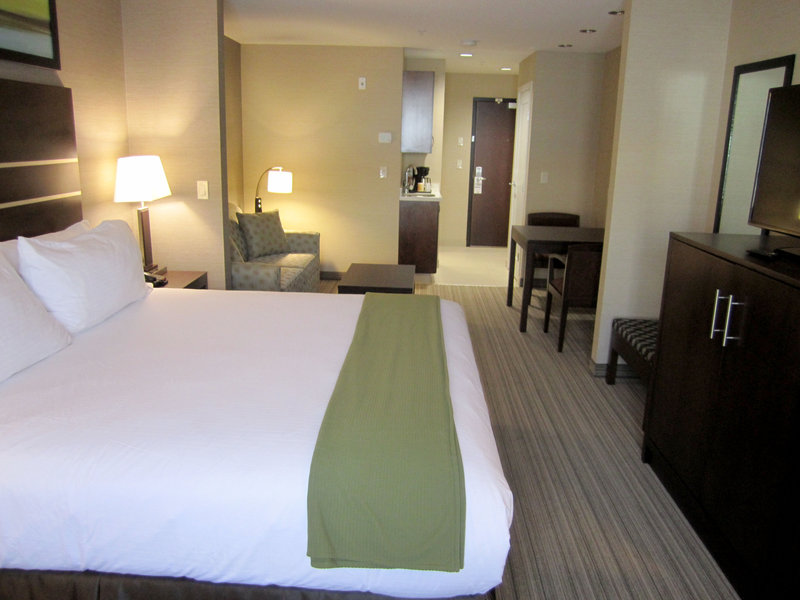 Holiday Inn Express Golden-Kicking Horse-King Suite<br/>Image from Leonardo