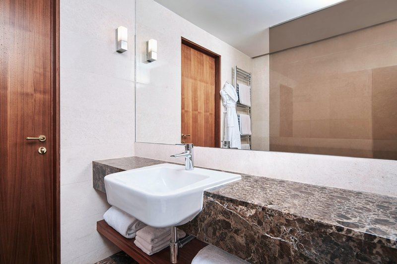 Metropol Palace Belgrade; a Luxury Collection Hotel-Twin/Twin Superior Guest Bathroom<br/>Image from Leonardo