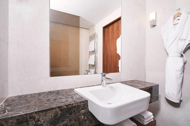 Metropol Palace Belgrade; a Luxury Collection Hotel-Twin/Twin Deluxe Guest Bathroom<br/>Image from Leonardo