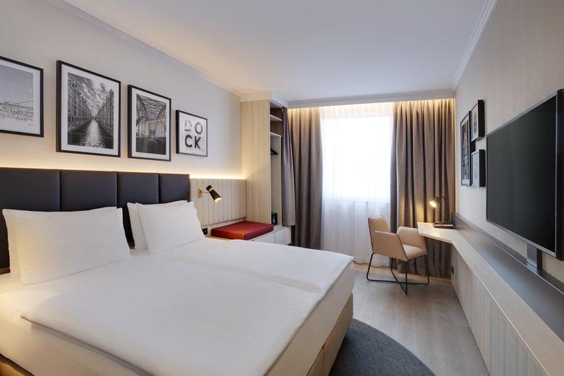 Crowne Plaza Hamburg - City Alst-King Bed Guest Room<br/>Image from Leonardo