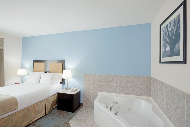 Holiday Inn Express Plainville - Foxboro Area-Jacuzzi Suite<br/>Image from Leonardo