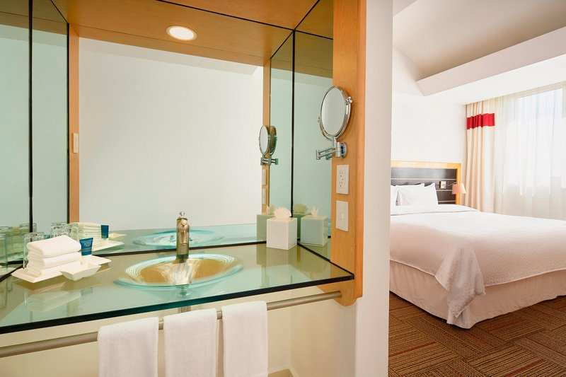 Four Points by Sheraton Mexico City, Colonia Roma-King Standard Guest Bathroom<br/>Image from Leonardo