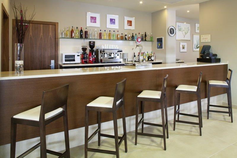 Holiday Inn Express Campo De Gibraltar - Barrios-Bar and Lounge<br/>Image from Leonardo