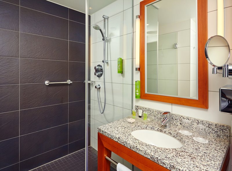 Holiday Inn Berlin Centre Alexanderplatz-Convenient Suite Bathroom<br/>Image from Leonardo