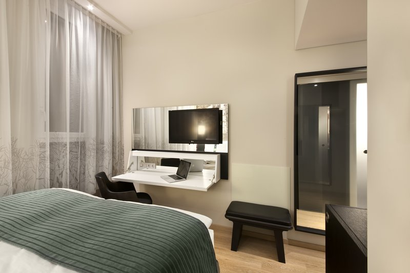 Holiday Inn Berlin Centre Alexanderplatz-Queen Bed Guest Room with Flat Screen TV<br/>Image from Leonardo