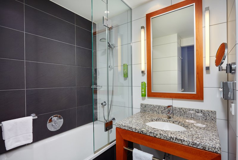Holiday Inn Berlin Centre Alexanderplatz-Contemporary Executive Nonsmoking Bath<br/>Image from Leonardo
