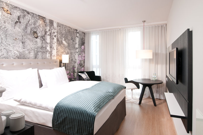 Holiday Inn Berlin Centre Alexanderplatz-Relaxing King Bed Guest Room<br/>Image from Leonardo