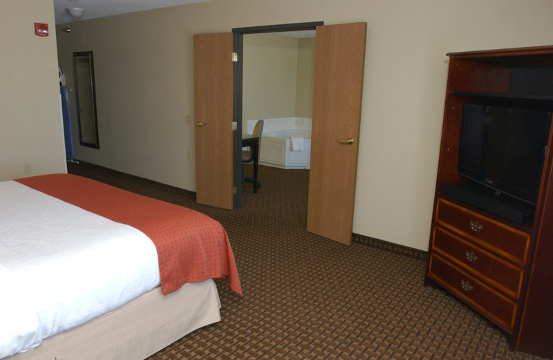 Holiday Inn Hotel & Suites Owatonna-King Whirlpool Mobility Accessible Suite<br/>Image from Leonardo