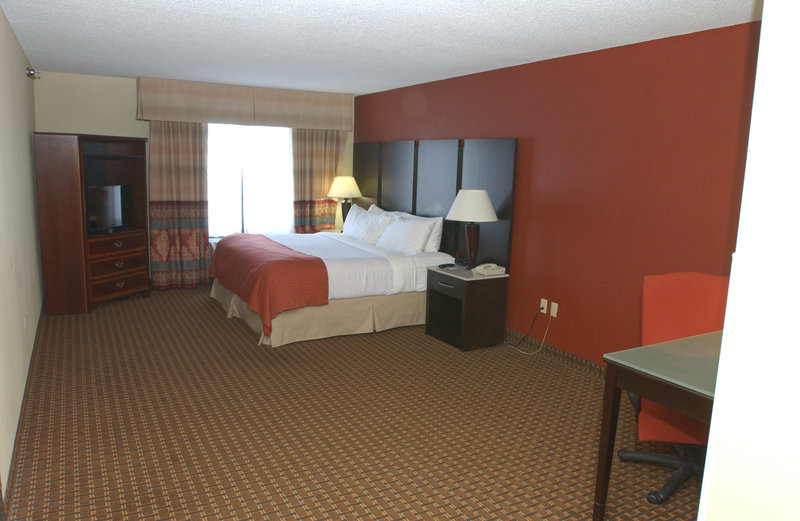 Holiday Inn Hotel & Suites Owatonna-King Deluxe Suite<br/>Image from Leonardo