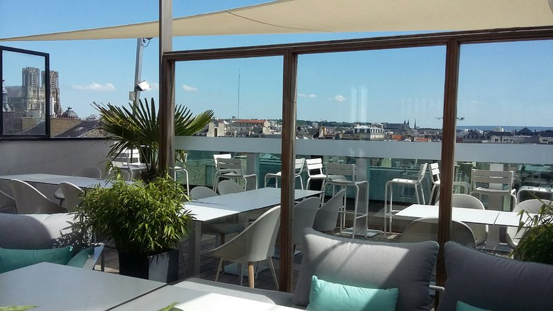 Holiday Inn Reims Centre-Rooftop terrace of the restaurant and bar on the 7th floor<br/>Image from Leonardo