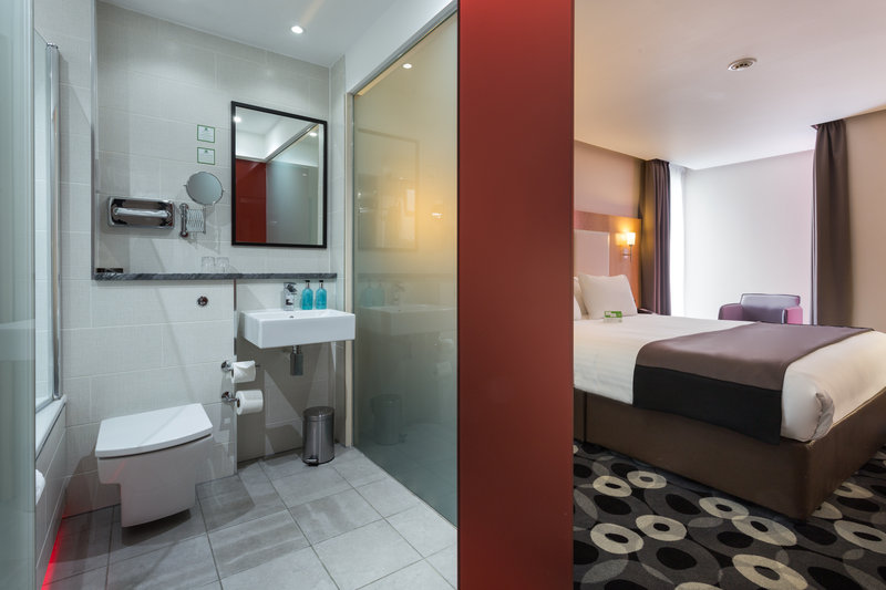 Holiday Inn Sittingbourne-Holiday Inn Sittingbourne Standard Room Bathroom<br/>Image from Leonardo