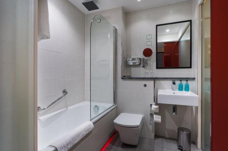 Holiday Inn Sittingbourne-Holiday Inn Sittingbourne Standard Bathroom<br/>Image from Leonardo