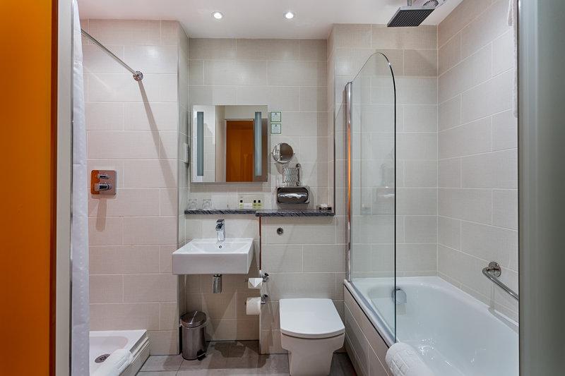 Holiday Inn Sittingbourne-Holiday Inn Sittingbourne Executive Bathroom<br/>Image from Leonardo