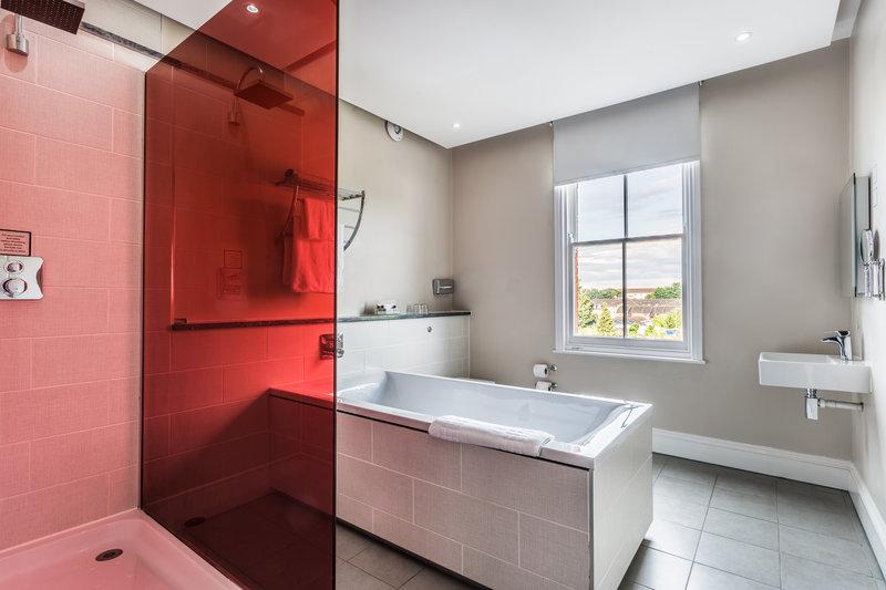 Holiday Inn Sittingbourne-Holiday Inn Sittingbourne Executive Feature Room Bathroom<br/>Image from Leonardo