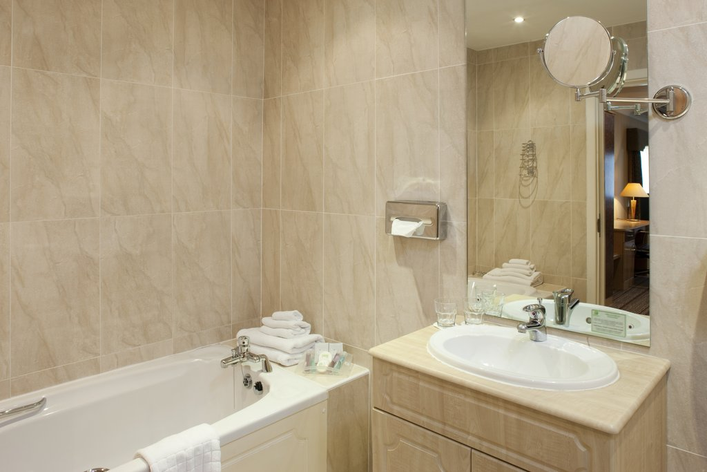 Holiday Inn Barnsley M1, Jct.37-Light and airy spacious Ensuite Bathrooms<br/>Image from Leonardo