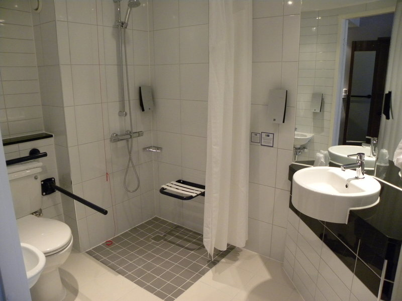Holiday Inn Express Colchester-Bathroom<br/>Image from Leonardo