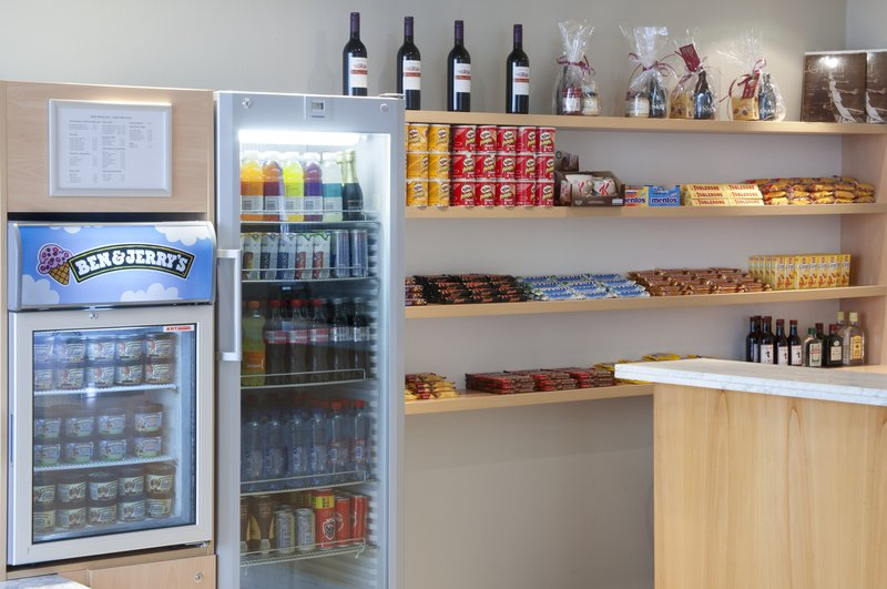 Holiday Inn Gent - Expo-Shop at reception with gifts, drinks, snacks and ice cream<br/>Image from Leonardo