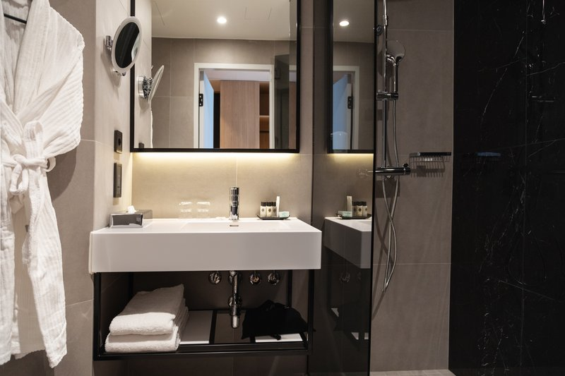 Holiday Inn Helsinki - Exhibition & Convention Centre-Holiday Inn Helsinki - Expo Executive room's bathroom<br/>Image from Leonardo