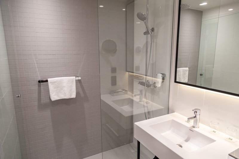 Holiday Inn Helsinki - Exhibition & Convention Centre-Enjoy an invigorating shower moment under your rain shower<br/>Image from Leonardo