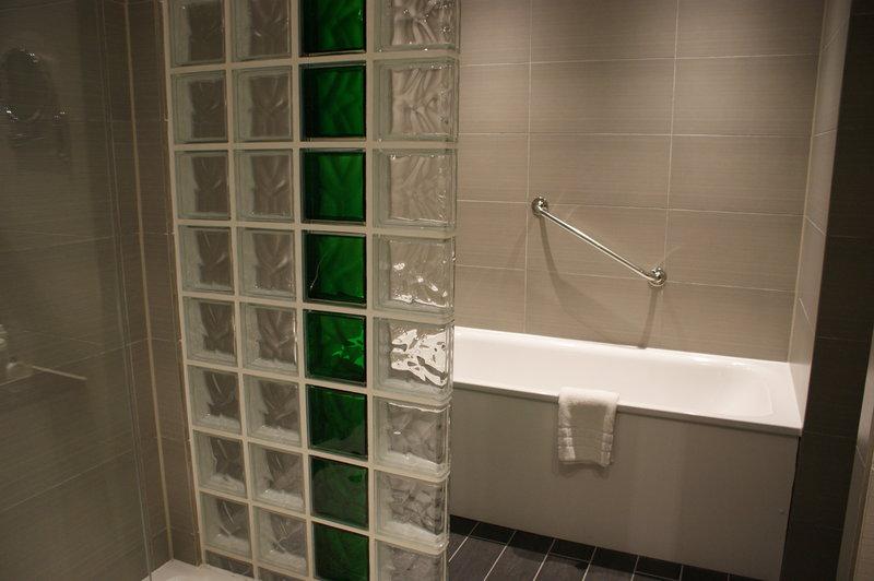 Holiday Inn Huntingdon - Racecourse-Cheltenham Suite Bathroom<br/>Image from Leonardo