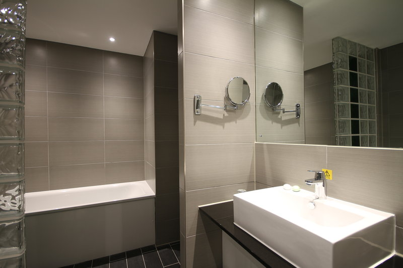 Holiday Inn Huntingdon - Racecourse-Guest Bathroom<br/>Image from Leonardo