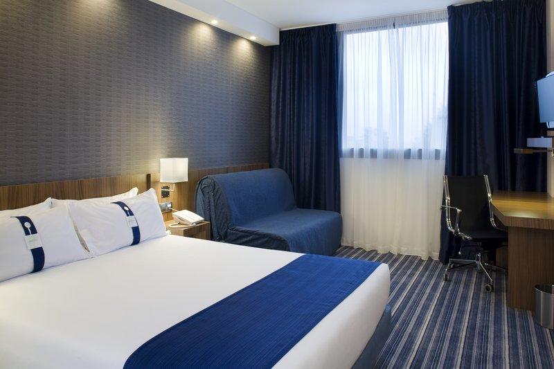 Holiday Inn Express Campo De Gibraltar - Barrios-Queen Bed Guest Room<br/>Image from Leonardo