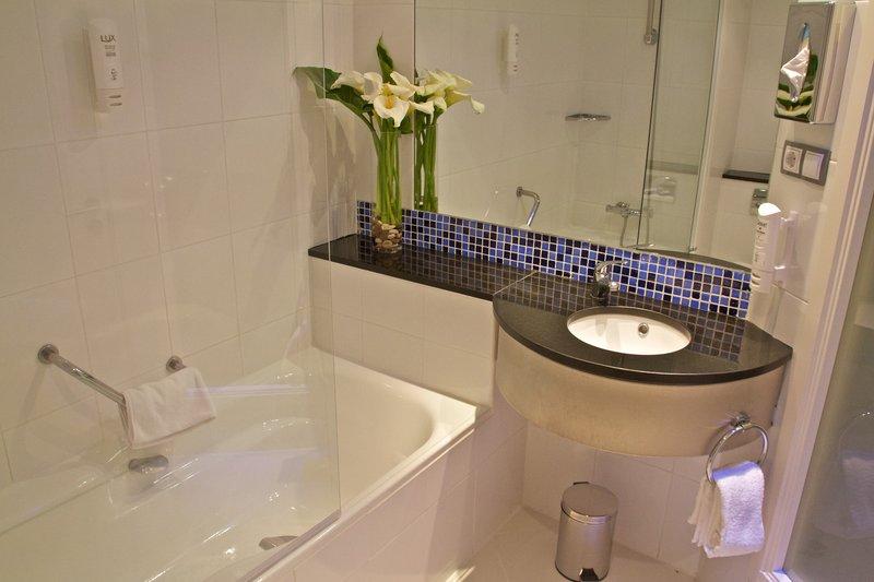 Holiday Inn Express Campo De Gibraltar - Barrios-Guest Bathroom<br/>Image from Leonardo