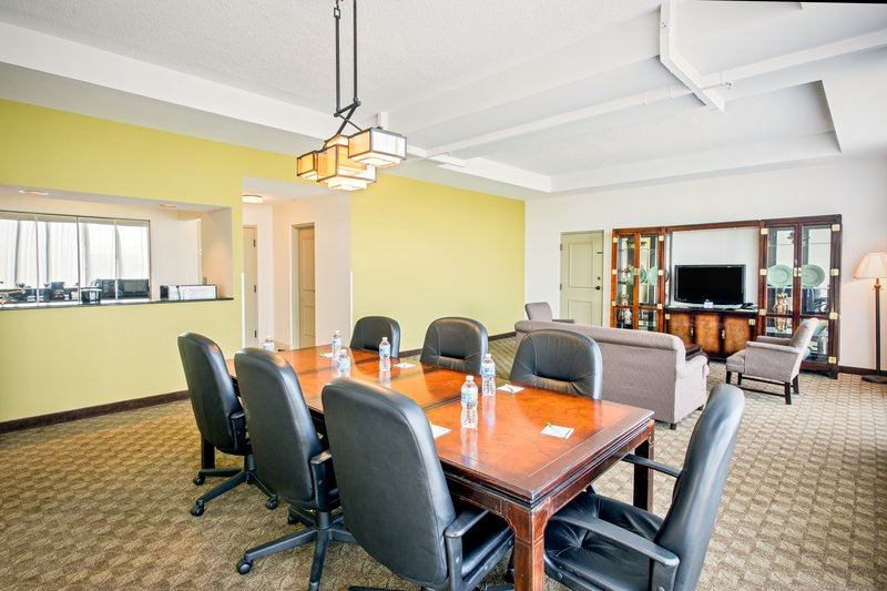 Holiday Inn Roanoke - Tanglewood - Rt 419 & I581-Parlor Suite living area<br/>Image from Leonardo