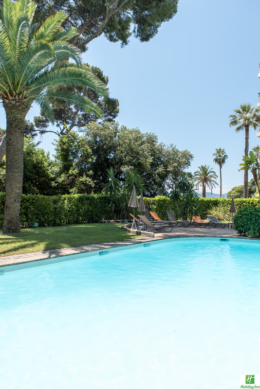 Holiday Inn Cannes-relax by the pool of the Holiday Inn Cannes<br/>Image from Leonardo