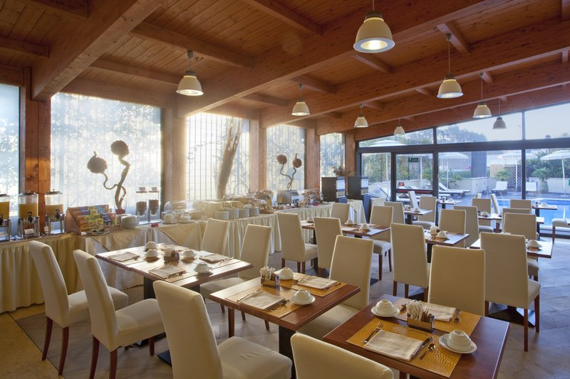 Holiday Inn Cagliari-Breakfast Room overlooking the pool<br/>Image from Leonardo
